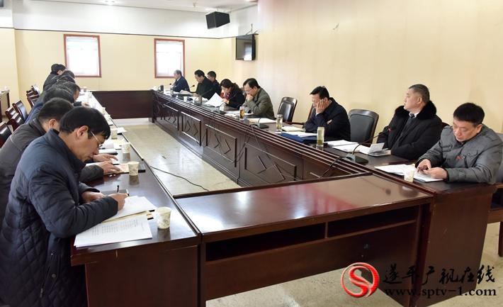 图为:参加中国共产党遂平县第十二届委员会第四次全体(扩大)会议的委员在分组讨论。