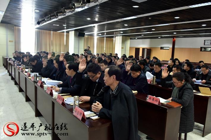 图为:举手表决中国共产党遂平县第十二届委员会工作报告。
