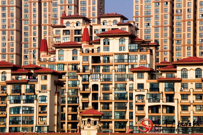 张哲获奖作品《土豪之城》。作品介绍:国旗红的瓦面和黄色的建筑特色,让我想到住在这个小区的业主应该都是土豪。。建筑的错落有致,体现了西班牙小镇的韵味和节奏感。