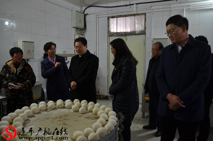 市长朱是西在阳丰镇敬老院厨房