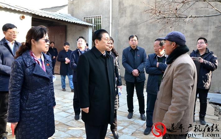 市长朱是西在建档立卡贫困户家中