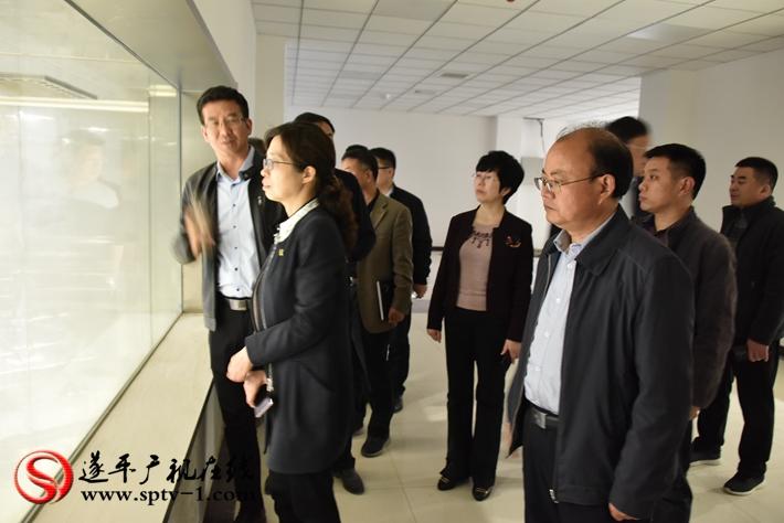 上图:县委书记何冬、县长侯蕴等领导在查看今麦郎二期饮品车间的设备调试。