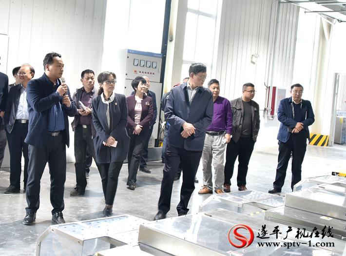 上图:县委书记何冬、县长侯蕴等领导在克明面业二期项目车间查看设备调试。