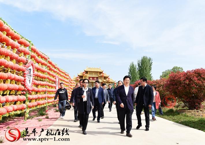 上图:驻马店市委副书记、市政府市长朱是西在温泉小镇梅园调研。 摄影:赵建明