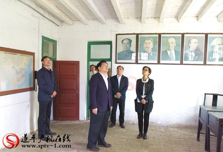 上图:驻马店市委副书记、市政府市长朱是西在嵖岈山卫星人民公社旧址调研。 摄影:赵建明