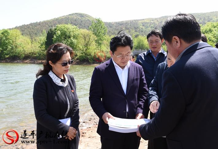 上图:驻马店市委副书记、市政府市长朱是西在魏楼水库调研。 摄影:赵建明