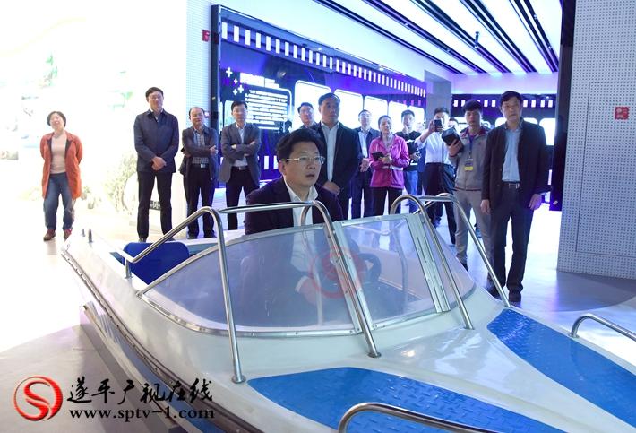 上图:驻马店市委副书记、市政府市长朱是西在遂平县规划展示中心体验虚拟驾驶。 摄影:赵建明