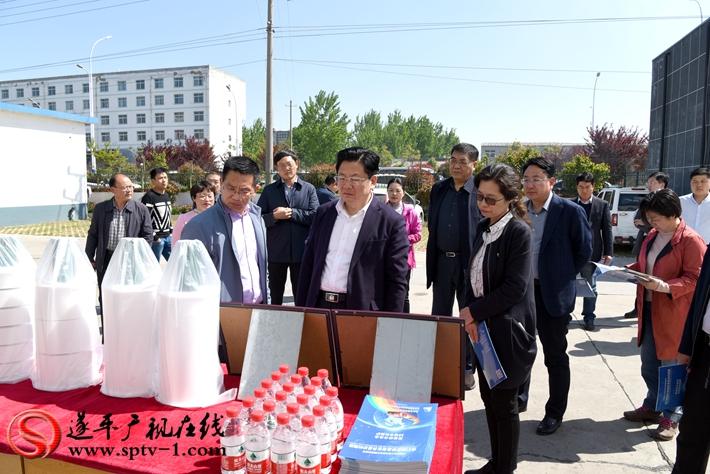 上图:驻马店市委副书记、市政府市长朱是西在惠强新能源调研。 摄影:赵建明