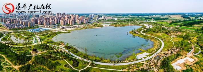 上图:遂平县玉湖湿地公园全景图(无人机拍摄)。摄影:赵建明