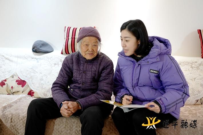 上图:钟玉莲老人在在接受记者采访。