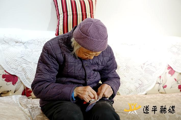 上图:钟玉莲老人在纳鞋垫。